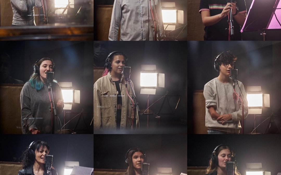 Els alumnes de cant viuen l'experiència de gravar en un estudi professional